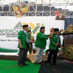 Mujiburrohman (memukul gong) saat berada di forum Konfercab GP Ansor Rembang.