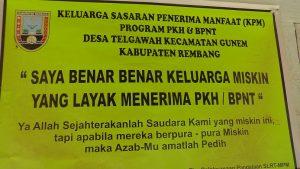 Stiker yang terpasang di rumah warga Desa Telgawah Kecamatan Gunem.