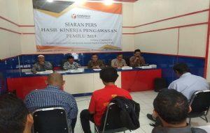 Jajaran Bawaslu Rembang, Selasa (27/08) menggelar siaran pers terkait evaluasi Pemilu 2019.