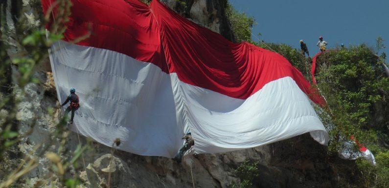 Bentangkan Bendera 74 Meter Di Atas Bukit, Para Pemanjat Hadapi Sejumlah Kendala