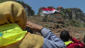 Upacara bendera memperingati HUT Kemerdekaan RI di Bukit Desa Tegaldowo, Kecamatan Gunem diwarnai dengan pengibaran bendera berukuran 74 Meter, Sabtu (17/08).