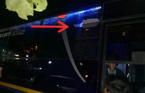 Usai Laga, Kisruh Menjalar Sampai Keluar Lapangan. Kaca Bus Pecah