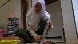 Calon anggota DPRD Rembang yang baru, Siti Rizqiyah Putri Dwi Ani saat sibuk membantu aktivitas di rumahnya, beberapa waktu lalu. (Foto atas) Gedung DPRD Rembang.