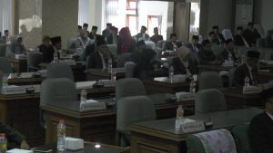 Banyak kursi anggota DPRD Rembang kosong, saat rapat paripurna, Jum'at (16/08).