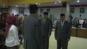 Majid Kamil melakukan serah terima pimpinan DPRD. (Foto atas) Majid Kamil bersama sang isteri.