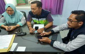 Eka Sulistyawati (paling kiri) bersama pegawai PLN Rayon Rembang lainnya, menjelaskan seputar masalah listrik.