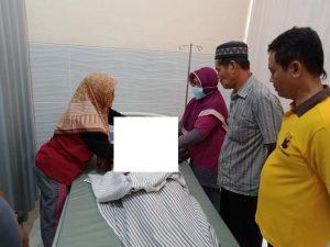 Korban saat berada di Puskesmas Sumber. (Foto atas) Agus bersama Dina semasa hidupnya (Foto. Dok.).