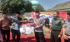 Gatot Mardiyana dari pihak PT. Semen Gresik menyerahkan hewan qurban kepada Bupati Rembang, Abdul Hafidz (berpeci).