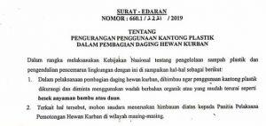 Surat edaran yang disebarkan Pemkab Rembang. (foto atas) Pembagian daging qurban menggunakan bahan bambu.