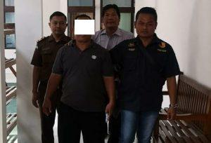 Kepala Desa Sumber yang sudah diberhentikan, dikawal polisi dan petugas Kejaksaan Negeri Rembang. Ia akhirnya ditahan, Selasa (20/08).