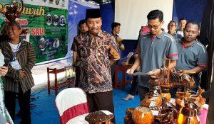 Bupati Rembang, Abdul Hafidz tertarik melihat produk kerajinan dari batok kelapa dalam pameran Bursa Inovasi Desa di lapangan Desa Sluke.