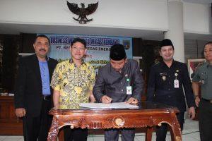 Investor PT. Mega Media Akses Indonesia resmi masuk di Kabupaten Rembang. Bupati, Abdul Hafidz meneken izin prinsip, Jum'at (02/08).