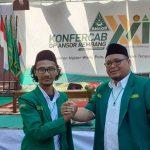 Muhammad Nadhief Shidqi (rambut agak gondrong), Ketua GP Ansor baru, melakukan salam komando dengan Hanies Cholil Barro', Ketua GP Ansor Kab. Rembang sebelumnya.