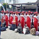 Anggota Paskibra Kabupaten Rembang membawa tas berisi pakaian, saat berbaris di depan hotel, timur Alun-Alun Rembang, Kamis (15/08). Mereka saat ini dikarantina di hotel tersebut.