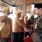 Wakil Bupati Rembang, Bayu Andriyanto saat memberikan tali asih kepada mantan pejuang kemerdekaan, Kamis (15/08).