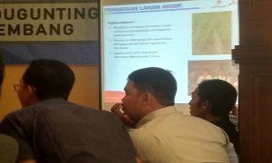 Wartawan serius mendengarkan paparan dari PHE Randugunting, Selasa (13/08). (Foto atas) Petugas security menjaga sumur gas di Desa Krikilan, Kecamatan Sumber, Kabupaten Rembang.