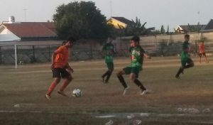 Pemain PSIR Rembang (orange) dihadang pemain Persik Kendal U 17, saat laga pembuka Piala Soeratin di Stadion Krida Rembang, Minggu (04/08).