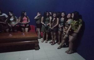 """Pemandu karaoke di Rembang mulai """"uji coba"""" kenakan busana dari batik tulis Lasem."""