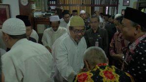 Putera Kiai Maimoen Zubair, Majid Kamil menerima ucapan bela sungkawa dari pelayat. (Foto atas) Seorang umat menangis, saat mendo'akan arwah almarhum Kiai Maimoen Zubair.