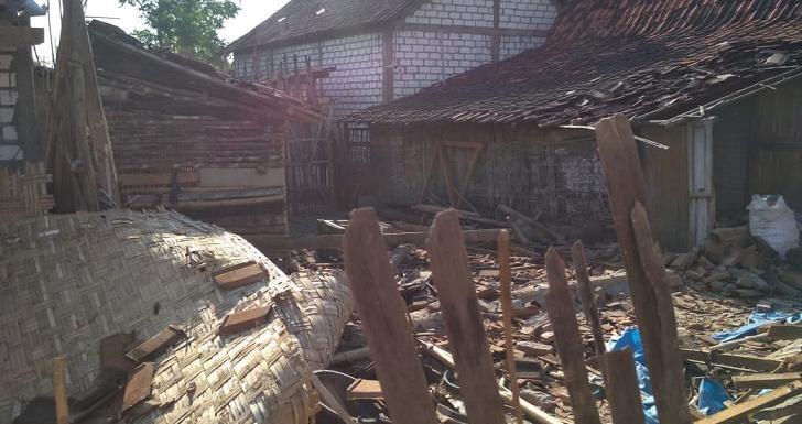Pohon Tumbang Halangi Pantura, Di Lokasi Lain Rumah Ambruk