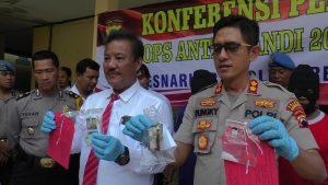 Kapolres Rembang didampingi Kasat Reserse Narkoba menunjukkan barang bukti. (Foto atas) 5 orang tersangka kasus Narkoba yang diamankan.