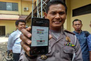 Kasat Lantas Polres Rembang, AKP Roy Irawan menunjukkan contoh gambar SIM baru.