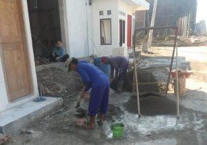 Potret aktivitas buruh bangunan di Rembang.