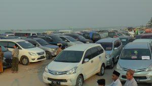 Parkir mobil tamu undangan dari berbagai daerah. (Foto atas) Warga yang hadir membeli gambar poster Kiai Maimoen Zubair, Sabtu (14/09).