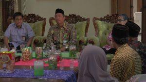 Bupati Rembang, Abdul Hafidz saat menemui masyarakat di rumah dinas Bupati, Rabu (11/09).