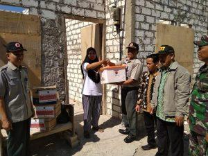 Petugas BPBD Kab. Rembang menyerahkan bantuan kepada pemilik rumah. (foto atas) Salah satu rumah warga Desa Sriombo, Kecamatan Lasem yang atap rumahnya rusak tertiup angin kencang, selasa (10/09).