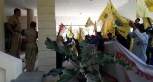 Aksi demo PMII di gedung DPRD Rembang, Senin (09/09).