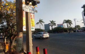 Rambu belok kiri jalan terus terpasang di lampu traffic light Perempatan Galonan, Rembang. (Foto atas) Tumpukan beton untuk median di Jalan Pemuda.