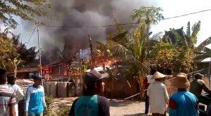 Kebakaran di Desa Babak Tulung, Kecamatan Sarang, bulan Juni lalu. (foto atas) 13 korban kebakaran menerima bantuan dari PT. Semen Gresik, disaksikan Bupati Rembang, Rabu (11/09).