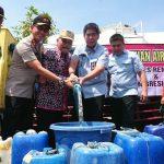 Bantuan air bersih didistribusikan PT. Semen Gresik Pabrik Rembang kepada warga Desa Pranti, Kecamatan Sulang.