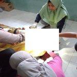 Polisi bersama tim medis memeriksa kondisi korban, Jum'at (20/09).