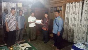 Perwakilan Komisioner KPU Rembang menyerahkan santunan secara simbolis kepada ahli waris korban (kaos putih) di Desa Sumurtawang, Kecamatan Kragan.
