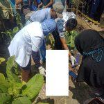 Tim medis bersama polisi mengecek kondisi korban di TKP Desa Suntri, Kecamatan Gunem, Jum'at (06/09).