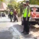 Anggota Satlantas Polres Rembang menggelar giat operasi di sebelah utara tikungan Dusun Bagel Desa Mondoteko, Rembang, Rabu (11/09).