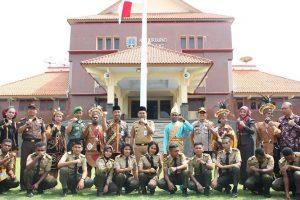 Bupati dan Wakil Bupati Rembang foto bareng, serta ikut menari bersama pelajar Papua, Selasa (03/09).