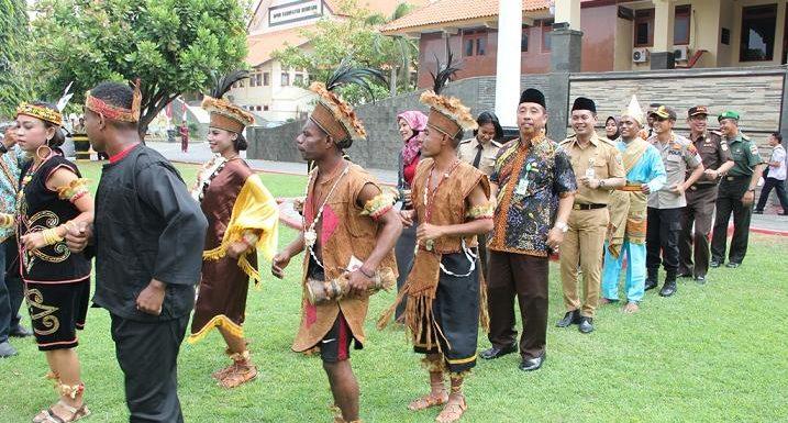 Momen Langka, Ketika Bupati Menari Bersama Warga Papua