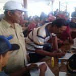Kepala Desa Sluke, Tulus Priyo Prasetyo menyaksikan proses pengundian lahan untuk pedagang korban kebakaran di area relokasi pasar.