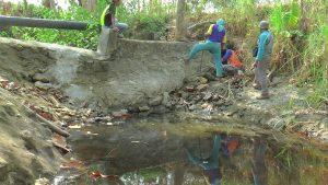 Air hasil pencurian dari pipa PDAM meluber di sungai, sebelah selatan Desa Karangsari, Kecamatan Sulang, Selasa (17/09).