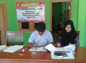 Panitia Pilkades Desa Ngadem, Rembang memeriksa berkas pendaftaran bakal calon.