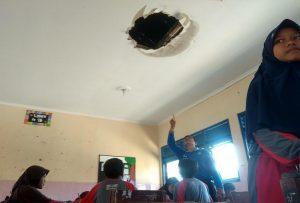 Kepala Sekolah SMP N I Gunem, Basori menunjukkan ruang kelas yang terancam ambruk atap plafonnnya, Jum'at (20/09).