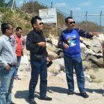Direktur BUMD PT. Rembang Migas Energi, Zaenul Arifin (kaos biru) bersama perwakilan investor, saat menggelar survei calon lokasi di pinggir pantai Kecamatan Sluke.