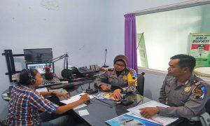 Petugas Satlantas Polres Rembang talk show di Radio R2B Rembang, Kamis (05/09).