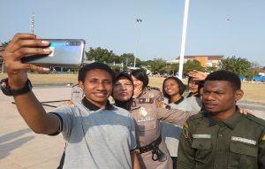Suasana ketika pelajar dari Papua selesai mengikuti senam di Alun-Alun Rembang, Minggu (01/09). Mereka berbaur dengan warga dan polisi Rembang.