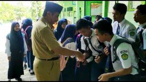 Bupati Rembang, Abdul Hafidz ketika berjumpa dengan para pelajar. (Foto atas) Dalam sebuah karnaval, seorang siswa TK memerankan sosok Bupati Abdul Hafidz.