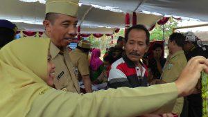 Bupati Rembang, Abdul Hafidz melayani ajakan foto selfie dari seorang warga, belum lama ini.