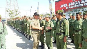 Bupati Rembang, Abdul Hafidz, Senin (21/10) menyapa anggota Satlinmas yang akan bertugas dalam pengamanan Pilkades.